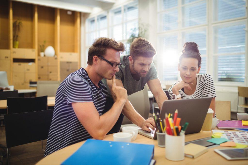 equipe travail ordinateur